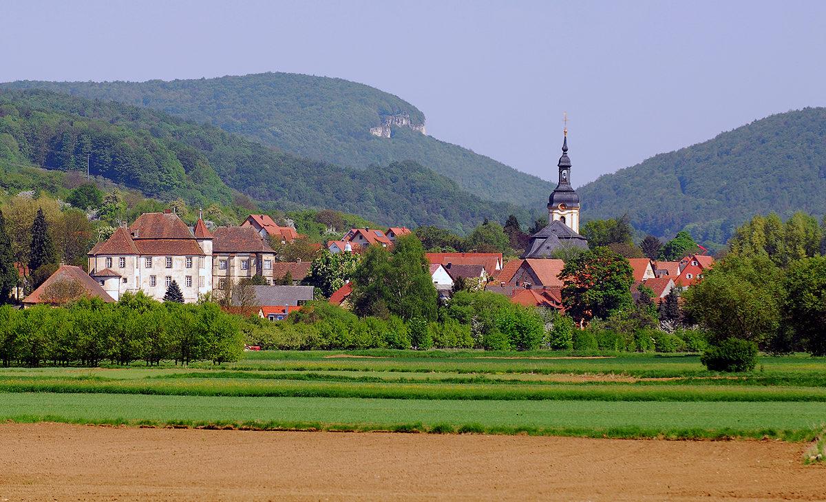 Die Kirche von Pretzfeld mit dem Schloß, im Hintergrund der Röthelfels